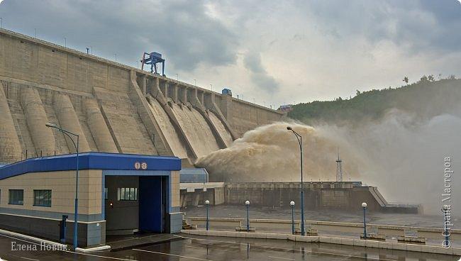 Поездка на ГЭС, в прошлом году,  случилась внезапно. В одной из поездок по области экскурсовод обмолвилась, что там начинаются холостые сбросы я и вцепилась. Турфирма организовала  все быстро, И через четыри для мы поехали.  Писатель из меня, прямо скажем, никакой, поэтому букв будет по минимуму. Холостые сбросы воды на ГЭС зрелище очень красивое, завораживающее, это стоит увидеть хотя бы раз. Холостой сброс идет мимо турбин. У нас в июне было дождливо и водохранилище наполнилось до критической отметки, вот ее и сбрасывали.  Краткая информация о Бурейской ГЭС в двух фото. фото 12