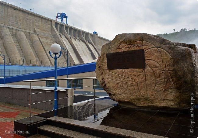 Поездка на ГЭС, в прошлом году,  случилась внезапно. В одной из поездок по области экскурсовод обмолвилась, что там начинаются холостые сбросы я и вцепилась. Турфирма организовала  все быстро, И через четыри для мы поехали.  Писатель из меня, прямо скажем, никакой, поэтому букв будет по минимуму. Холостые сбросы воды на ГЭС зрелище очень красивое, завораживающее, это стоит увидеть хотя бы раз. Холостой сброс идет мимо турбин. У нас в июне было дождливо и водохранилище наполнилось до критической отметки, вот ее и сбрасывали.  Краткая информация о Бурейской ГЭС в двух фото. фото 7