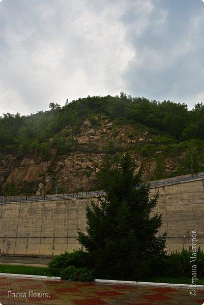 Поездка на ГЭС, в прошлом году,  случилась внезапно. В одной из поездок по области экскурсовод обмолвилась, что там начинаются холостые сбросы я и вцепилась. Турфирма организовала  все быстро, И через четыри для мы поехали.  Писатель из меня, прямо скажем, никакой, поэтому букв будет по минимуму. Холостые сбросы воды на ГЭС зрелище очень красивое, завораживающее, это стоит увидеть хотя бы раз. Холостой сброс идет мимо турбин. У нас в июне было дождливо и водохранилище наполнилось до критической отметки, вот ее и сбрасывали.  Краткая информация о Бурейской ГЭС в двух фото. фото 10