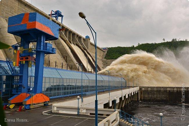 Поездка на ГЭС, в прошлом году,  случилась внезапно. В одной из поездок по области экскурсовод обмолвилась, что там начинаются холостые сбросы я и вцепилась. Турфирма организовала  все быстро, И через четыри для мы поехали.  Писатель из меня, прямо скажем, никакой, поэтому букв будет по минимуму. Холостые сбросы воды на ГЭС зрелище очень красивое, завораживающее, это стоит увидеть хотя бы раз. Холостой сброс идет мимо турбин. У нас в июне было дождливо и водохранилище наполнилось до критической отметки, вот ее и сбрасывали.  Краткая информация о Бурейской ГЭС в двух фото. фото 16