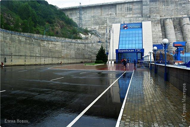 Поездка на ГЭС, в прошлом году,  случилась внезапно. В одной из поездок по области экскурсовод обмолвилась, что там начинаются холостые сбросы я и вцепилась. Турфирма организовала  все быстро, И через четыри для мы поехали.  Писатель из меня, прямо скажем, никакой, поэтому букв будет по минимуму. Холостые сбросы воды на ГЭС зрелище очень красивое, завораживающее, это стоит увидеть хотя бы раз. Холостой сброс идет мимо турбин. У нас в июне было дождливо и водохранилище наполнилось до критической отметки, вот ее и сбрасывали.  Краткая информация о Бурейской ГЭС в двух фото. фото 13