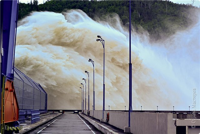 Поездка на ГЭС, в прошлом году,  случилась внезапно. В одной из поездок по области экскурсовод обмолвилась, что там начинаются холостые сбросы я и вцепилась. Турфирма организовала  все быстро, И через четыри для мы поехали.  Писатель из меня, прямо скажем, никакой, поэтому букв будет по минимуму. Холостые сбросы воды на ГЭС зрелище очень красивое, завораживающее, это стоит увидеть хотя бы раз. Холостой сброс идет мимо турбин. У нас в июне было дождливо и водохранилище наполнилось до критической отметки, вот ее и сбрасывали.  Краткая информация о Бурейской ГЭС в двух фото. фото 22