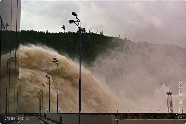 Поездка на ГЭС, в прошлом году,  случилась внезапно. В одной из поездок по области экскурсовод обмолвилась, что там начинаются холостые сбросы я и вцепилась. Турфирма организовала  все быстро, И через четыри для мы поехали.  Писатель из меня, прямо скажем, никакой, поэтому букв будет по минимуму. Холостые сбросы воды на ГЭС зрелище очень красивое, завораживающее, это стоит увидеть хотя бы раз. Холостой сброс идет мимо турбин. У нас в июне было дождливо и водохранилище наполнилось до критической отметки, вот ее и сбрасывали.  Краткая информация о Бурейской ГЭС в двух фото. фото 21