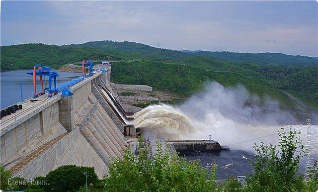 Поездка на ГЭС, в прошлом году,  случилась внезапно. В одной из поездок по области экскурсовод обмолвилась, что там начинаются холостые сбросы я и вцепилась. Турфирма организовала  все быстро, И через четыри для мы поехали.  Писатель из меня, прямо скажем, никакой, поэтому букв будет по минимуму. Холостые сбросы воды на ГЭС зрелище очень красивое, завораживающее, это стоит увидеть хотя бы раз. Холостой сброс идет мимо турбин. У нас в июне было дождливо и водохранилище наполнилось до критической отметки, вот ее и сбрасывали.  Краткая информация о Бурейской ГЭС в двух фото. фото 23