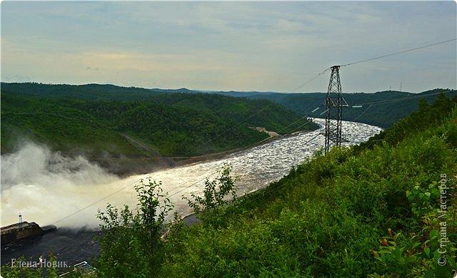 Поездка на ГЭС, в прошлом году,  случилась внезапно. В одной из поездок по области экскурсовод обмолвилась, что там начинаются холостые сбросы я и вцепилась. Турфирма организовала  все быстро, И через четыри для мы поехали.  Писатель из меня, прямо скажем, никакой, поэтому букв будет по минимуму. Холостые сбросы воды на ГЭС зрелище очень красивое, завораживающее, это стоит увидеть хотя бы раз. Холостой сброс идет мимо турбин. У нас в июне было дождливо и водохранилище наполнилось до критической отметки, вот ее и сбрасывали.  Краткая информация о Бурейской ГЭС в двух фото. фото 26
