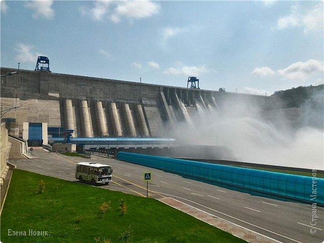 Поездка на ГЭС, в прошлом году,  случилась внезапно. В одной из поездок по области экскурсовод обмолвилась, что там начинаются холостые сбросы я и вцепилась. Турфирма организовала  все быстро, И через четыри для мы поехали.  Писатель из меня, прямо скажем, никакой, поэтому букв будет по минимуму. Холостые сбросы воды на ГЭС зрелище очень красивое, завораживающее, это стоит увидеть хотя бы раз. Холостой сброс идет мимо турбин. У нас в июне было дождливо и водохранилище наполнилось до критической отметки, вот ее и сбрасывали.  Краткая информация о Бурейской ГЭС в двух фото. фото 6