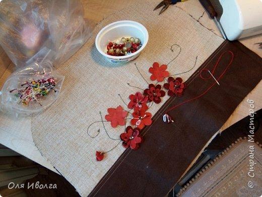 Вот и лето) календарное)  И сумка новенькая поспела! Для основы взяла ткань под лен и кожу натуральную. Стебельки вышила на машинке, вырезала цветки из кожи, добавила к ним тычинки и стразинку. Цветочки хорошенько закрепила на ткани, а для надёжности подклеила на момент. Нижнюю часть сумки украсила стразами, у меня были стразы специальные, для кожи. фото 9
