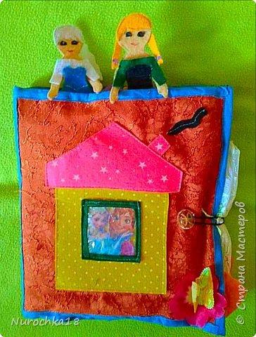 """Здравствуйте все жители страны мастеров. Хочу поделиться с вами одной работой. Это работа моей сестры. Она на сайте не зарегистрирована, но была не против размещения своей работы здесь. Мне кажется, что эту работу должны увидеть многие. Представляем вашему вниманию кукольный домик из фетра, сделанный для фетровых кукол Анны и Эльзы (по мотивам мультфильма """"Холодное сердце""""). Кукольный домик сделан ко дню рождения моей племянницы. фото 40"""