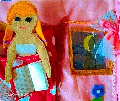 """Здравствуйте все жители страны мастеров. Хочу поделиться с вами одной работой. Это работа моей сестры. Она на сайте не зарегистрирована, но была не против размещения своей работы здесь. Мне кажется, что эту работу должны увидеть многие. Представляем вашему вниманию кукольный домик из фетра, сделанный для фетровых кукол Анны и Эльзы (по мотивам мультфильма """"Холодное сердце""""). Кукольный домик сделан ко дню рождения моей племянницы. фото 13"""