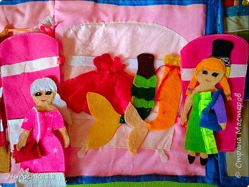 """Здравствуйте все жители страны мастеров. Хочу поделиться с вами одной работой. Это работа моей сестры. Она на сайте не зарегистрирована, но была не против размещения своей работы здесь. Мне кажется, что эту работу должны увидеть многие. Представляем вашему вниманию кукольный домик из фетра, сделанный для фетровых кукол Анны и Эльзы (по мотивам мультфильма """"Холодное сердце""""). Кукольный домик сделан ко дню рождения моей племянницы. фото 16"""
