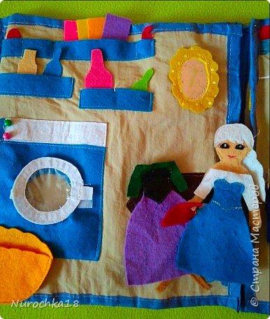 """Здравствуйте все жители страны мастеров. Хочу поделиться с вами одной работой. Это работа моей сестры. Она на сайте не зарегистрирована, но была не против размещения своей работы здесь. Мне кажется, что эту работу должны увидеть многие. Представляем вашему вниманию кукольный домик из фетра, сделанный для фетровых кукол Анны и Эльзы (по мотивам мультфильма """"Холодное сердце""""). Кукольный домик сделан ко дню рождения моей племянницы. фото 28"""