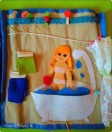 """Здравствуйте все жители страны мастеров. Хочу поделиться с вами одной работой. Это работа моей сестры. Она на сайте не зарегистрирована, но была не против размещения своей работы здесь. Мне кажется, что эту работу должны увидеть многие. Представляем вашему вниманию кукольный домик из фетра, сделанный для фетровых кукол Анны и Эльзы (по мотивам мультфильма """"Холодное сердце""""). Кукольный домик сделан ко дню рождения моей племянницы. фото 18"""