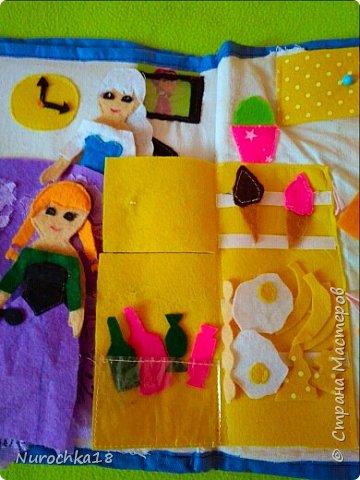 """Здравствуйте все жители страны мастеров. Хочу поделиться с вами одной работой. Это работа моей сестры. Она на сайте не зарегистрирована, но была не против размещения своей работы здесь. Мне кажется, что эту работу должны увидеть многие. Представляем вашему вниманию кукольный домик из фетра, сделанный для фетровых кукол Анны и Эльзы (по мотивам мультфильма """"Холодное сердце""""). Кукольный домик сделан ко дню рождения моей племянницы. фото 30"""