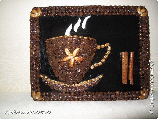 Панно из кофейных зёрен и палочек корицы.