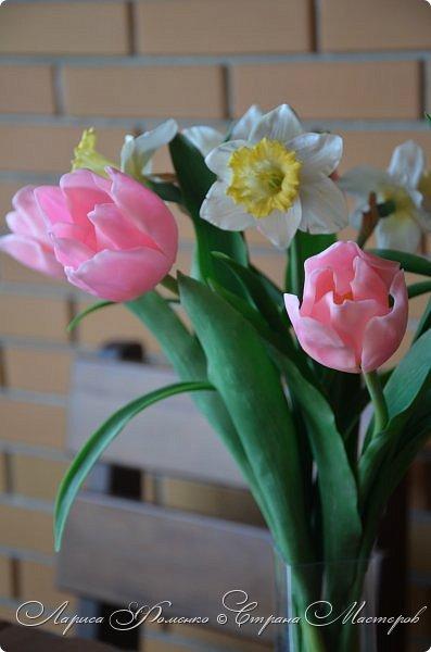 Нежный, весенний букет тюльпанов и нарциссов.