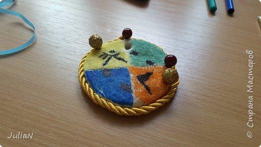 На день отца, сделали с сыном , вот такую медаль.  Медаль из соленого теста.  Засыпана цветной солью , Рисунок сделан черным фломастером.  фото 1