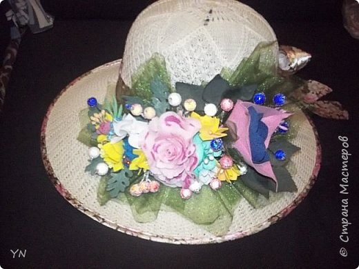 """украшение на шляпку сделано из фоамирана, """"ягод в сахаре"""", и органзы... фото 1"""