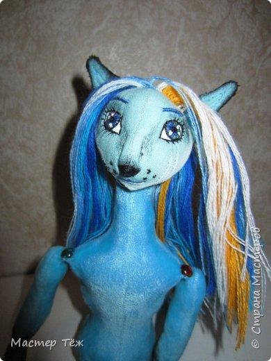 Решил, что на этом сайте буду вести свой личный блок кукольника: рассказывать о процессе создания кукол.  Не давно я показал голубого лиса. (http://stranamasterov.ru/node/1101692) Вчера я закончил делать ему волосы, а сегодня немного покрасил и сделал блаш.  фото 4