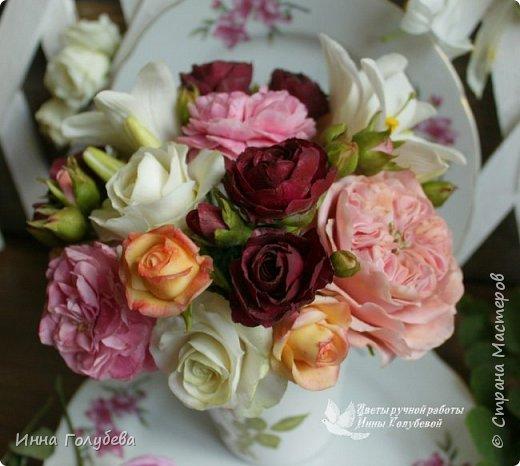 Что может быть из цветов лучше розы?! Только много разных роз в одном букете)  Эту композицию я бы сравнила с девушкой,обладающей нежным и спокойным нравом,но в то же время с сильным,волевым характером,готовым проявится в трудную минуту. Этакая Джейн Эйр ( как мне написали).В композицию вошли розы разных сортов: английская,кустовые и чайные ,а так же цветы и бутоны белой лилии. Диаметр букета - 20 см,высота- 18 см.   фото 10