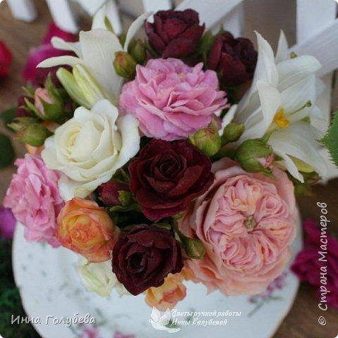Что может быть из цветов лучше розы?! Только много разных роз в одном букете)  Эту композицию я бы сравнила с девушкой,обладающей нежным и спокойным нравом,но в то же время с сильным,волевым характером,готовым проявится в трудную минуту. Этакая Джейн Эйр ( как мне написали).В композицию вошли розы разных сортов: английская,кустовые и чайные ,а так же цветы и бутоны белой лилии. Диаметр букета - 20 см,высота- 18 см.   фото 5