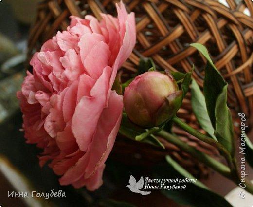 Что может быть из цветов лучше розы?! Только много разных роз в одном букете)  Эту композицию я бы сравнила с девушкой,обладающей нежным и спокойным нравом,но в то же время с сильным,волевым характером,готовым проявится в трудную минуту. Этакая Джейн Эйр ( как мне написали).В композицию вошли розы разных сортов: английская,кустовые и чайные ,а так же цветы и бутоны белой лилии. Диаметр букета - 20 см,высота- 18 см.   фото 15
