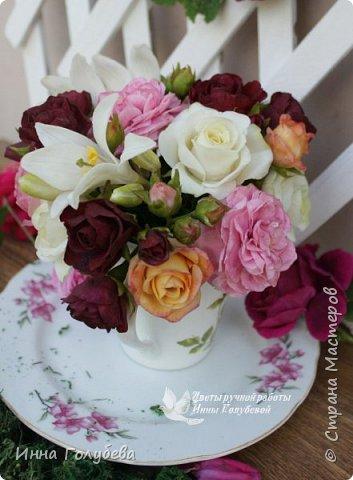 Что может быть из цветов лучше розы?! Только много разных роз в одном букете)  Эту композицию я бы сравнила с девушкой,обладающей нежным и спокойным нравом,но в то же время с сильным,волевым характером,готовым проявится в трудную минуту. Этакая Джейн Эйр ( как мне написали).В композицию вошли розы разных сортов: английская,кустовые и чайные ,а так же цветы и бутоны белой лилии. Диаметр букета - 20 см,высота- 18 см.   фото 3