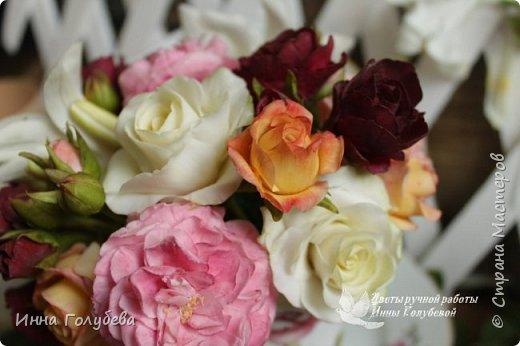 Что может быть из цветов лучше розы?! Только много разных роз в одном букете)  Эту композицию я бы сравнила с девушкой,обладающей нежным и спокойным нравом,но в то же время с сильным,волевым характером,готовым проявится в трудную минуту. Этакая Джейн Эйр ( как мне написали).В композицию вошли розы разных сортов: английская,кустовые и чайные ,а так же цветы и бутоны белой лилии. Диаметр букета - 20 см,высота- 18 см.   фото 8