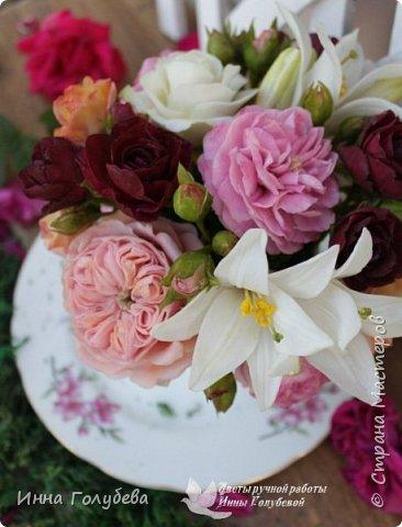 Что может быть из цветов лучше розы?! Только много разных роз в одном букете)  Эту композицию я бы сравнила с девушкой,обладающей нежным и спокойным нравом,но в то же время с сильным,волевым характером,готовым проявится в трудную минуту. Этакая Джейн Эйр ( как мне написали).В композицию вошли розы разных сортов: английская,кустовые и чайные ,а так же цветы и бутоны белой лилии. Диаметр букета - 20 см,высота- 18 см.   фото 2