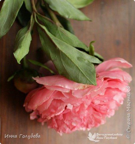 Что может быть из цветов лучше розы?! Только много разных роз в одном букете)  Эту композицию я бы сравнила с девушкой,обладающей нежным и спокойным нравом,но в то же время с сильным,волевым характером,готовым проявится в трудную минуту. Этакая Джейн Эйр ( как мне написали).В композицию вошли розы разных сортов: английская,кустовые и чайные ,а так же цветы и бутоны белой лилии. Диаметр букета - 20 см,высота- 18 см.   фото 14