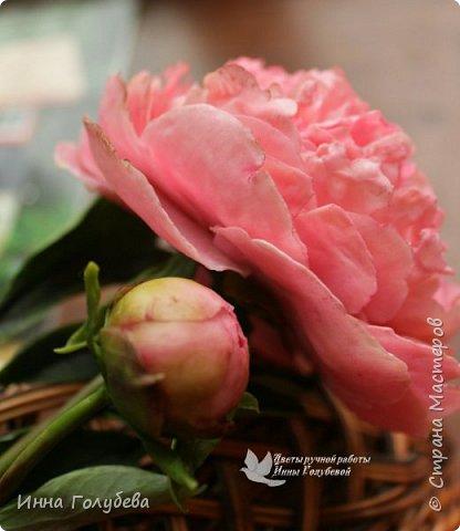 Что может быть из цветов лучше розы?! Только много разных роз в одном букете)  Эту композицию я бы сравнила с девушкой,обладающей нежным и спокойным нравом,но в то же время с сильным,волевым характером,готовым проявится в трудную минуту. Этакая Джейн Эйр ( как мне написали).В композицию вошли розы разных сортов: английская,кустовые и чайные ,а так же цветы и бутоны белой лилии. Диаметр букета - 20 см,высота- 18 см.   фото 13