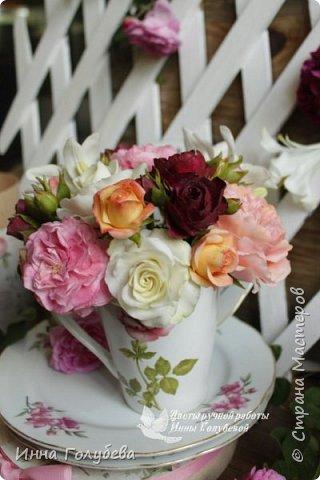 Что может быть из цветов лучше розы?! Только много разных роз в одном букете)  Эту композицию я бы сравнила с девушкой,обладающей нежным и спокойным нравом,но в то же время с сильным,волевым характером,готовым проявится в трудную минуту. Этакая Джейн Эйр ( как мне написали).В композицию вошли розы разных сортов: английская,кустовые и чайные ,а так же цветы и бутоны белой лилии. Диаметр букета - 20 см,высота- 18 см.   фото 6