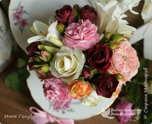 Что может быть из цветов лучше розы?! Только много разных роз в одном букете)  Эту композицию я бы сравнила с девушкой,обладающей нежным и спокойным нравом,но в то же время с сильным,волевым характером,готовым проявится в трудную минуту. Этакая Джейн Эйр ( как мне написали).В композицию вошли розы разных сортов: английская,кустовые и чайные ,а так же цветы и бутоны белой лилии. Диаметр букета - 20 см,высота- 18 см.   фото 7