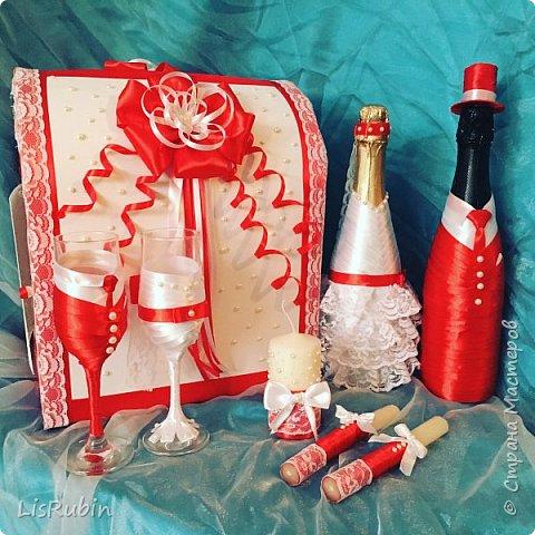 """Свадебный набор """"В красном"""". В состав набора входит: бутылка - жених, бутылка - невеста, свечи для домашнего очага, сундук для подарков, два бокала для молодоженов. Материалы: атласная лента, кружева, жемчужные бусины. Данный работ я выполняла в первые, пересмотрев кучу мастер-классов. Но я получила огромное удовольствие от создания данной работы."""
