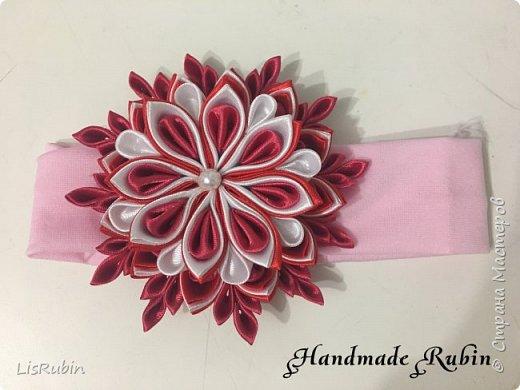 """Повязка для волос """"Снежинка"""". Выполнена из атласной ленты красного, розового и белого оттенка. Диаметр готового украшения примерно 10 сантиметров. фото 1"""