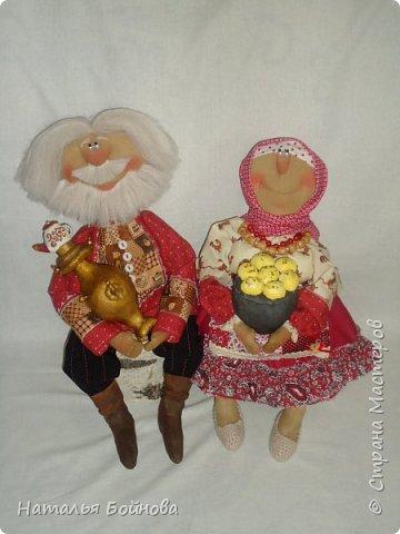Примитивные... но - позитивные))   куклы выполнены из ткани и тонированы кофейным раствором . Самовар и чугун с картошкой- сшиты из ткани  покрашены акриловыми красками. Лапти связаны  крючком.  фото 1
