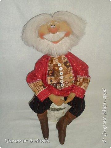 Примитивные... но - позитивные))   куклы выполнены из ткани и тонированы кофейным раствором . Самовар и чугун с картошкой- сшиты из ткани  покрашены акриловыми красками. Лапти связаны  крючком.  фото 3