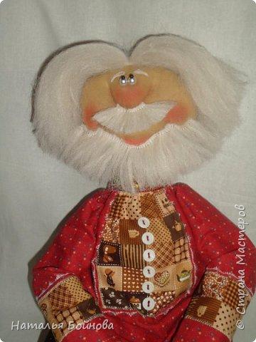 Примитивные... но - позитивные))   куклы выполнены из ткани и тонированы кофейным раствором . Самовар и чугун с картошкой- сшиты из ткани  покрашены акриловыми красками. Лапти связаны  крючком.  фото 4