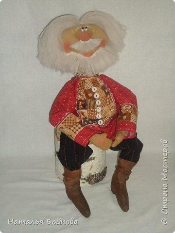 Примитивные... но - позитивные))   куклы выполнены из ткани и тонированы кофейным раствором . Самовар и чугун с картошкой- сшиты из ткани  покрашены акриловыми красками. Лапти связаны  крючком.  фото 5