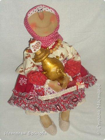 Примитивные... но - позитивные))   куклы выполнены из ткани и тонированы кофейным раствором . Самовар и чугун с картошкой- сшиты из ткани  покрашены акриловыми красками. Лапти связаны  крючком.  фото 6