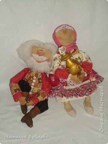 Примитивные... но - позитивные))   куклы выполнены из ткани и тонированы кофейным раствором . Самовар и чугун с картошкой- сшиты из ткани  покрашены акриловыми красками. Лапти связаны  крючком.  фото 7