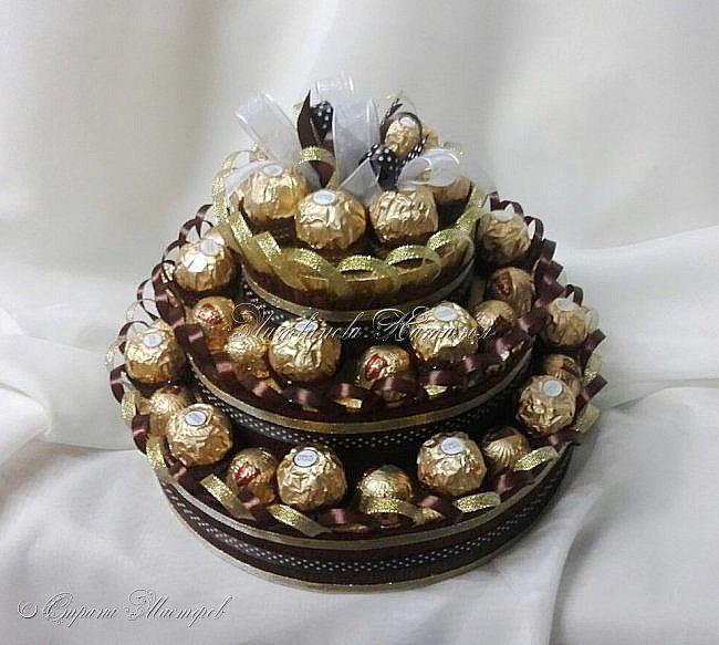 """Вот такой """"торт"""" я сделала для очень хорошей девушки,  на 50-ти летний юбилей, которая очень помогла моей семье.... В составе: конфеты """"Ferrero Rocher"""" 300гр (24шт) + """"Dolce Albero"""" 200гр (20шт) из молочного шоколада с цельным лесным орехом.  Несколько, почти одинаковых фото.....простите...ну никак не хотел фотографироваться....Видимо скромный ))) Диаметр 26см, высота 21см фото 4"""
