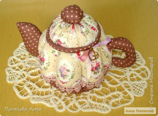 Дорогие мастерицы! У меня готовы новенькие чайники. Уютный текстильный чайник станет замечательным подарком, послужит шкатулочкой для чайных пакетов, конфеток, бижутерии или других мелочей, а также может быть необычной упаковкой для небольшого подарка.  Пошив из качественных натуральных тканей. Высота 15см. фото 3