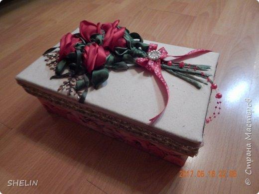 Делала сумочку на заказ (на День Рождения в подарок...), решила упаковать её вот в такую коробку, чтобы сразу же с букетом цветов подарок был... На крышке коробки вышивка лентами по ткани. Блеск атласных лент убрала акриловой краской - развела белую..., до состояния молока с водой, блеск и убрался Зелень пришлось раскрашивать акриловыми красками, т.к. купить подходящую зелёную ленту проблема. Получилось даже лучше, с бликами Плюс бисер на ветки и брошь на бантик - вот и вся радость на ДР... А сколько счастья от подарка в такой коробке... фото 2