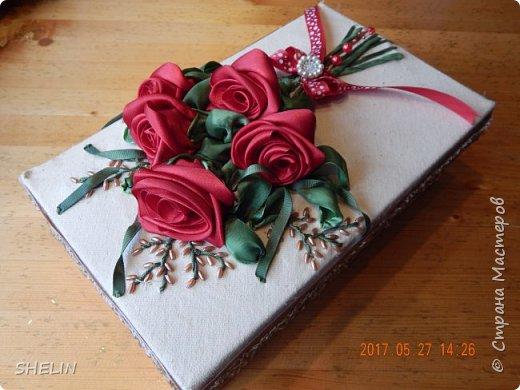 Делала сумочку на заказ (на День Рождения в подарок...), решила упаковать её вот в такую коробку, чтобы сразу же с букетом цветов подарок был... На крышке коробки вышивка лентами по ткани. Блеск атласных лент убрала акриловой краской - развела белую..., до состояния молока с водой, блеск и убрался Зелень пришлось раскрашивать акриловыми красками, т.к. купить подходящую зелёную ленту проблема. Получилось даже лучше, с бликами Плюс бисер на ветки и брошь на бантик - вот и вся радость на ДР... А сколько счастья от подарка в такой коробке... фото 1