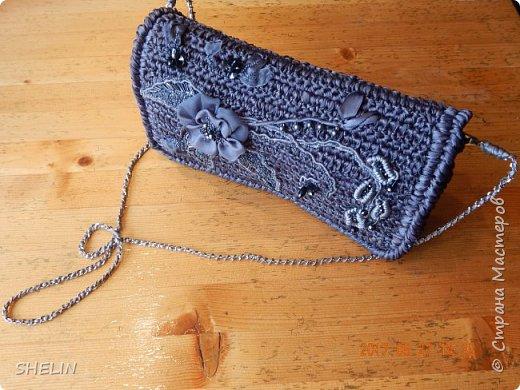 Цвет не тот (видимо потому, что фотографировали вечером со вспышкой), но понятие о сумке, форме, оформлении...это фото даёт. На самом деле, цвет сумки очень необычный: в ленте это красивый серый цвет, в вязаном полотне - в сером есть синий..., при разном освещении - цвет меняется. Но всё равно, на фото цвет не тот!  фото 2