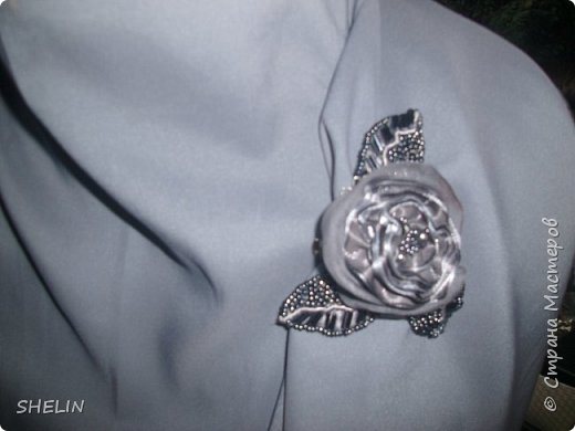 Цвет не тот (видимо потому, что фотографировали вечером со вспышкой), но понятие о сумке, форме, оформлении...это фото даёт. На самом деле, цвет сумки очень необычный: в ленте это красивый серый цвет, в вязаном полотне - в сером есть синий..., при разном освещении - цвет меняется. Но всё равно, на фото цвет не тот!  фото 5
