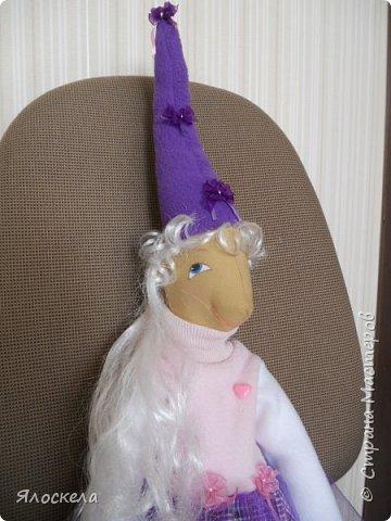 Доброго дня всем жителям нашей страны!      Сегодня я расскажу Вам историю о том, как маленькая принцесса Виола превратилась в куклу. На одном из Зеленых холмов, окружавших Лиловую долину , жила девочка и звали ее Виола.     Лиловая долина была одним из красивейших мест Фиолетовой страны.Цветы розового, сиреневого, лилового  и всех других оттенков фиолетового, росли на ее лугах, живописные кусты покрывали берега ее спокойных рек,  иногда встречались небольшие чистые и светлые рощицы фруктовых деревьев, похожих на мандариновые. Кроны их украшали плоды нежного розового цвета. А еще в Фиолетовой стране росли целые заросли вереска, из которого готовили волшебные напитки.Виола была непростая девочка-она была принцесса.Ее отец правил Фиолетовой страной уже много лет и был очень важным и уважаемым человеком.    Беззаботное детство девочки проходило в красивом замке, расположенном  на самой вершине Зеленого холма. Как и все жители Фиолетовой страны Виола носила Фиолетовый колпачок и башмачки такого же цвета. Но так как она была принцесса , то любила одеваться в пышные юбочки из фатина, украшенные розовыми цветочками. По правде сказать, Виола была очень резвая и озорная девочка. Друзей у нее было много и она любила убегать с ними в Лиловую долину, играть на лужайках, покрытых мягкой травой, плескаться в теплой воде, согретой жарким солнцем.Иногда, дети убегали в рощи, лакомились сочными и сладкими плодами, пили прохладный нектар из крупных сиреневых цветов. Как-то во время одной из таких прогулок, дети забрели в заросли вереска. Виола споткнулась, больно ударилась и повредила себе пальчик на ноге.Она не смогла подняться и друзья, оставив ее одну, побежали за помощью.    В зарослях вереска, под землей, жили волшебники-гномы. Они и вышли к Виоле, услышав стоны и плач девочки.Гномы знали множество лечебных рецептов, которые они готовили из вереска и решили помочь бедняжке. Волшебники переместили Виолу в свое подземное царство и начали лечение.Так Виола оказалась в Волшебной стр
