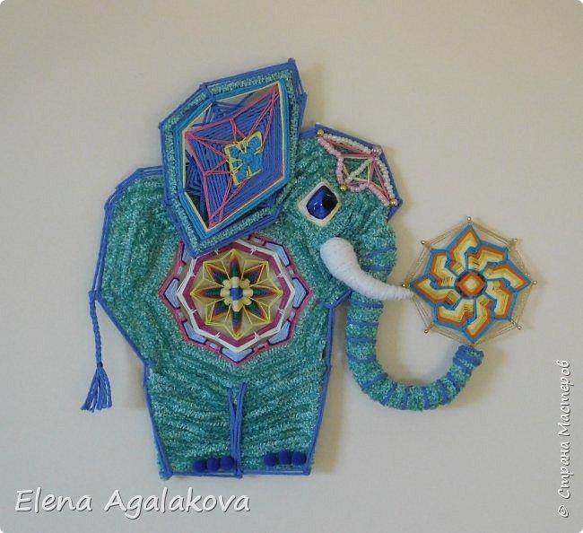 Моя первая проба сделать Мандалу-Слона. Это мое собственное изобретение, импровизация можно сказать (как и много моих других мандал), не видела еще нигде мандал-слоников. Слон является символом мудрости и силы, с поднятым хоботом, он часто используются в качестве талисмана и оберега.  Символ слона в доме устраняет проблемы и конфликты, принося процветание и положительную энергию. Ну я ему дала в хобот мою маленькую мандалу-коловрат. фото 1
