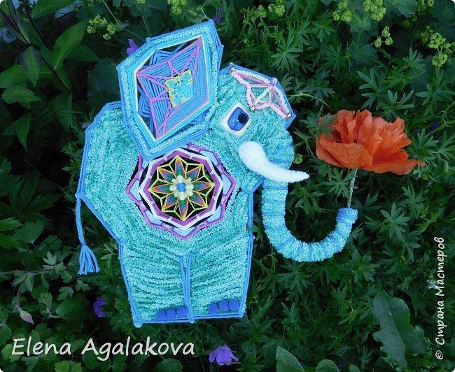 Моя первая проба сделать Мандалу-Слона. Это мое собственное изобретение, импровизация можно сказать (как и много моих других мандал), не видела еще нигде мандал-слоников. Слон является символом мудрости и силы, с поднятым хоботом, он часто используются в качестве талисмана и оберега.  Символ слона в доме устраняет проблемы и конфликты, принося процветание и положительную энергию. Ну я ему дала в хобот мою маленькую мандалу-коловрат. фото 2