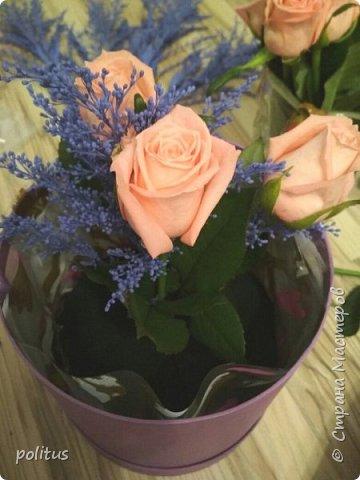 Сестра моя очень хотела цветы в коробочке, вот я и решила её порадовать. для этого мне понадобилась коробка, оберточная клеенка, скотч, оазис (2 брусочка),тазик, пищевая пленка, 10 роз и зелень. фото 12